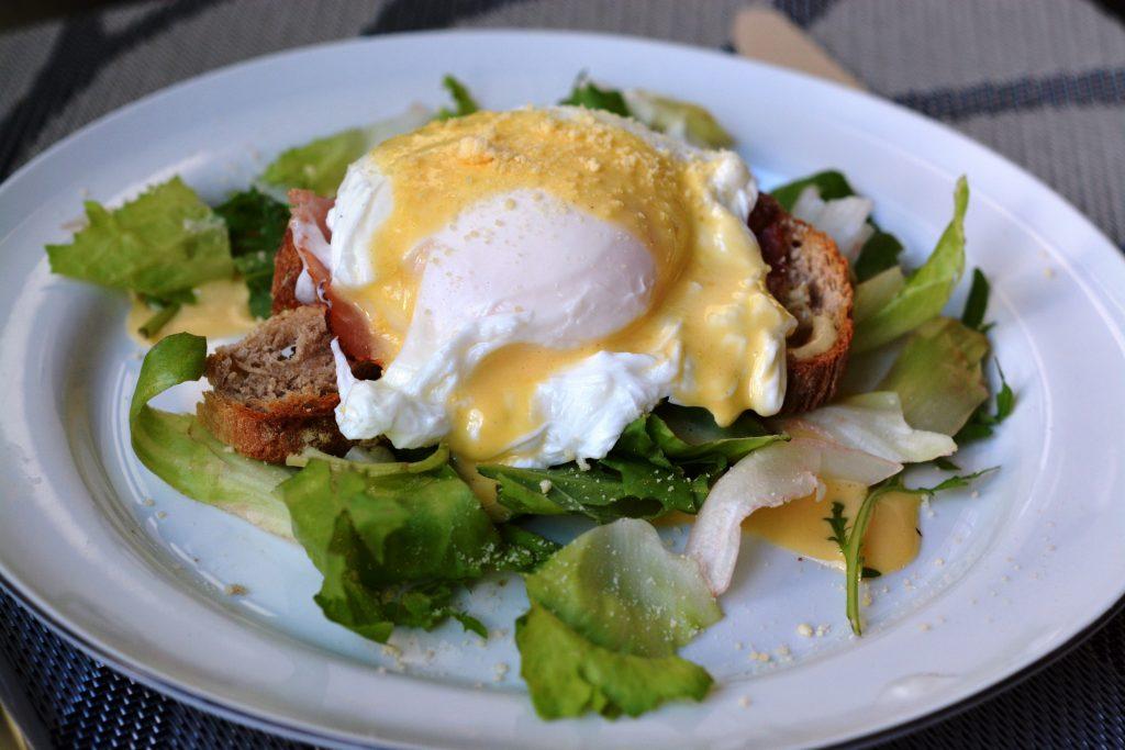 sniadanie-jajka-w-koszulce-po-benedyktynsku2