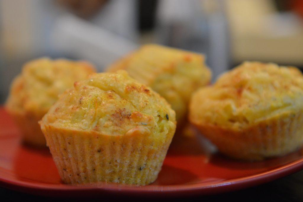 sniadanie-muffinki-wytrawne-z-zoltym-serem2