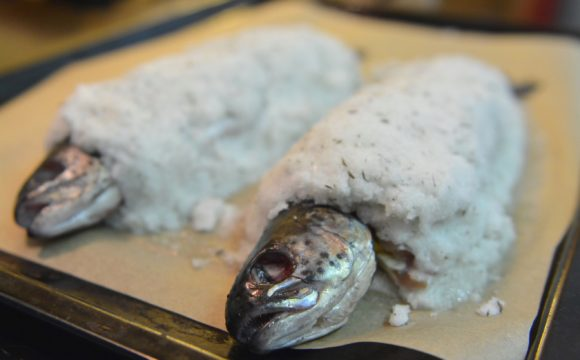 Pstrągi w skorupie solnej