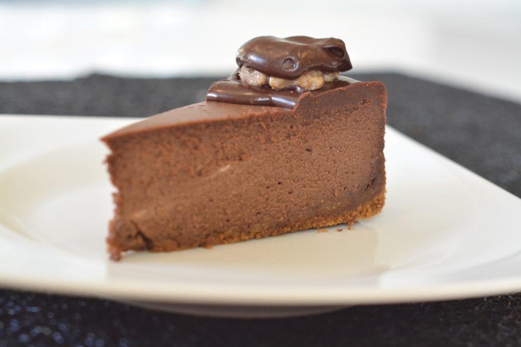 Sernik czekoladowy z orzechową koroną