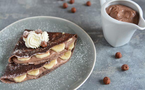 Naleśniki kakaowe z bananami i musem orzechowym