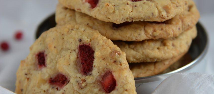 Amerykańskie ciasteczka z białą czekoladą i truskawkami