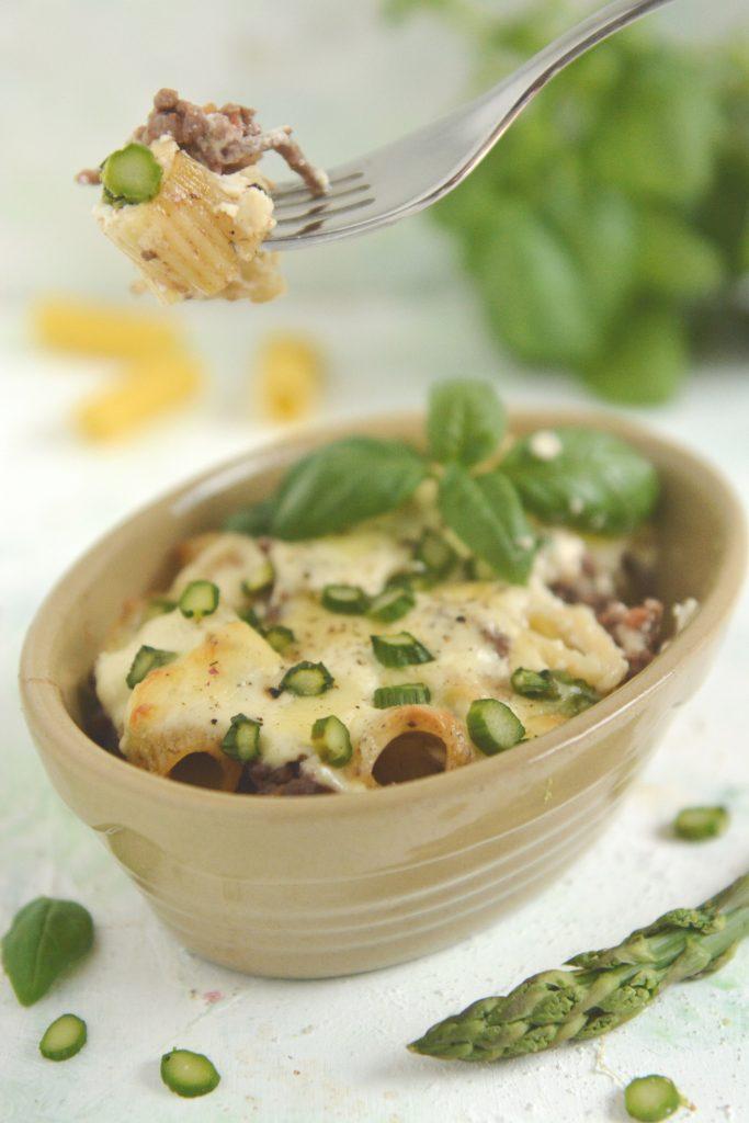 Makaron zapiekany z mięsem, sosem serowym i szparagami