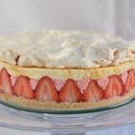 Sernik truskawkowy z kremem i bezą