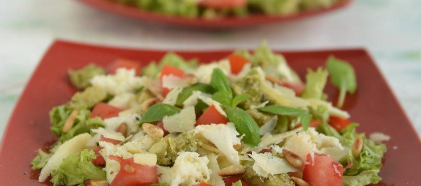 Sałatka z awokado, mozzarellą i pesto