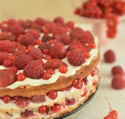tort Biała czekolada z czerwonymi owocami lata