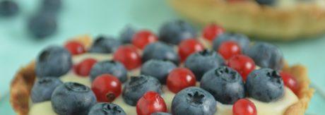 Orzechowe tartaletki z domowym budyniem i owocami