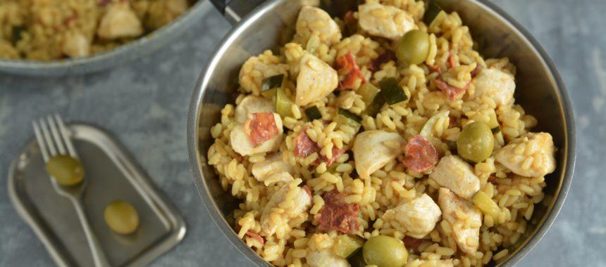 Paella z kurczakiem, chorizo i chipotle