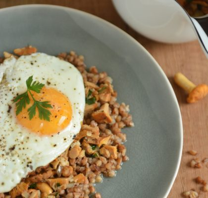 Kasza z sosem kurkowym i jajkiem sadzonym