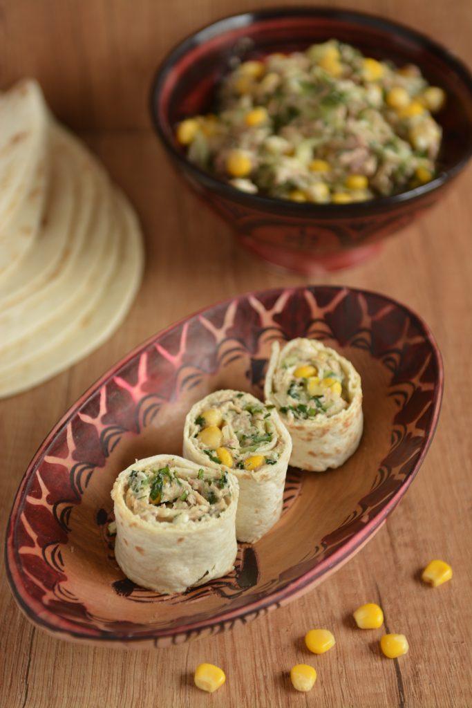 Tortilla z tuńczykiem, mozzarellą i kukurydzą
