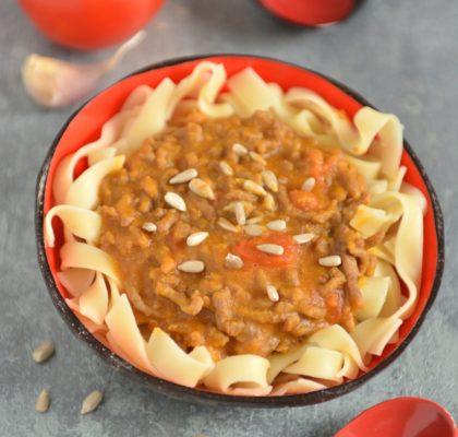 Makaron z sosem z dyni i mięsem mielonym