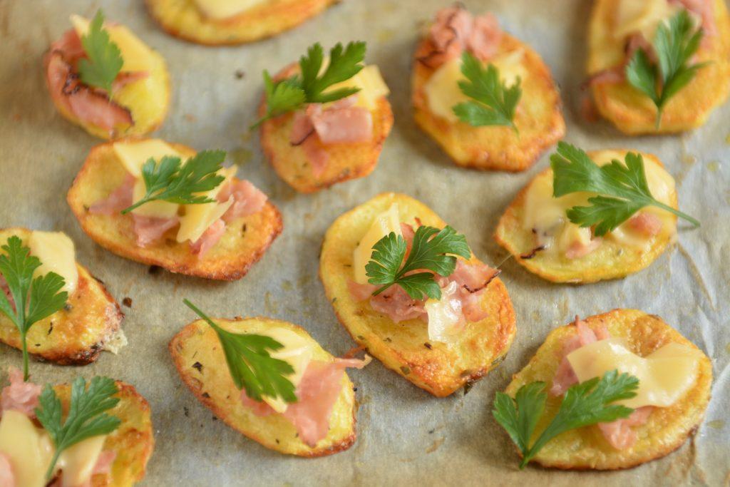 Ziemniaki z piekarnika z serem i wędliną