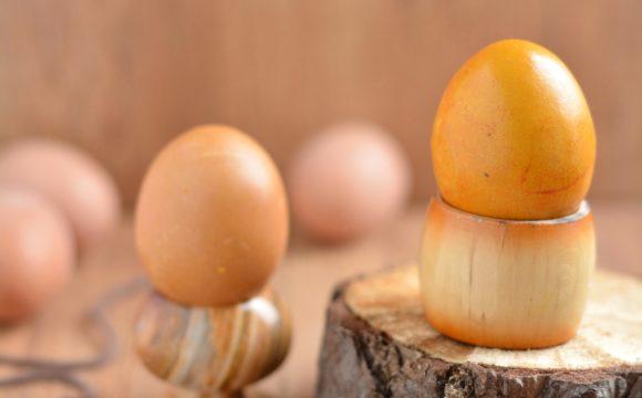 Barwienie jajek na żółto w kurkumie; Barwienie jajek na pomarańczowo w marchwi i curry