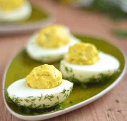 faszerowane jajka żółtkiem i koperkiem