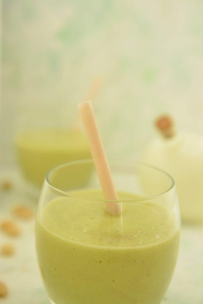 Zdrowe smoothie z awokado, banana i migdałów