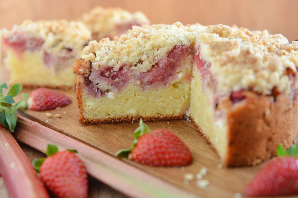 Ciasto ucierane z rabarbarem i truskawkami