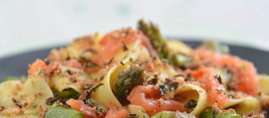 Makaron z łososiem i szparagami z cytrynową posypką