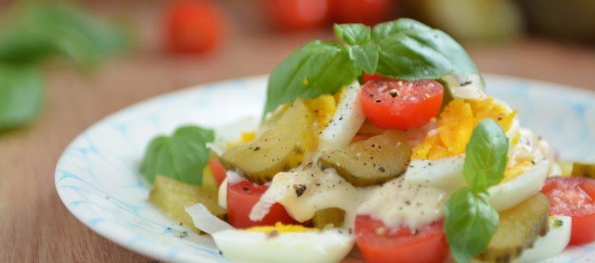 Sałatka jajka, warzywa i sos z serka topionego