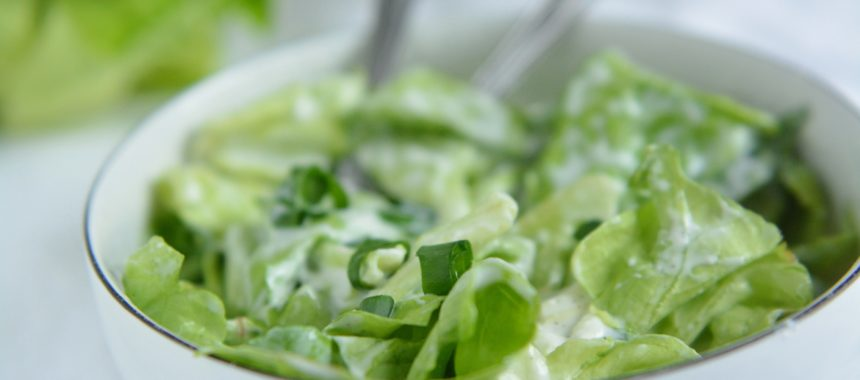 Sałata ze śmietaną – najszybszy i najprostszy dodatek do obiadu