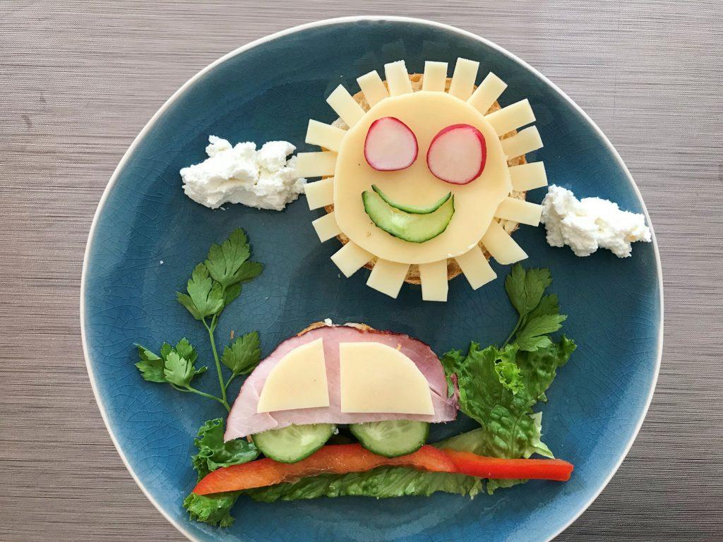 Kanapki dla dzieci autko na drodze i słoneczko