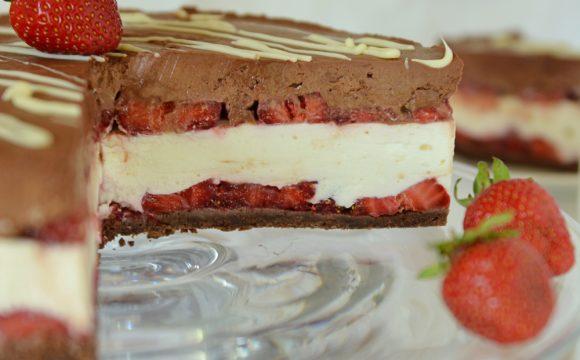 Sernik na zimno z mascarpone, czekoladą i truskawkami