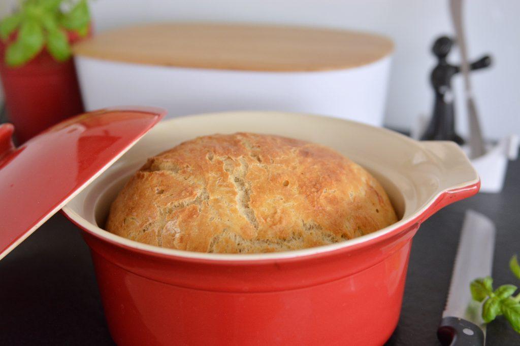 chleb z chrupiącą skórką z garnka