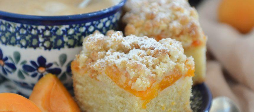 Ucierane ciasto z morelami i migdałową kruszonką