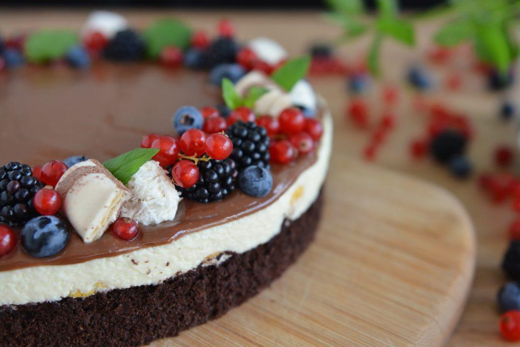 Czekoladowy tort z owocami lata i białym musem