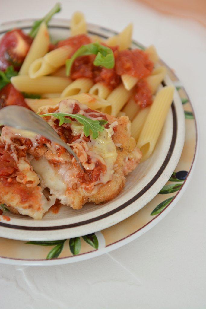 kurczak zapiekany z mozzarellą i sosem pomidorowym