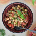 Turecka sałatka z cieciorką i masą świeżych ziół