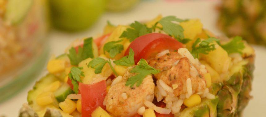 Kolorowa sałatka z ananasem, ryżem i kurczakiem