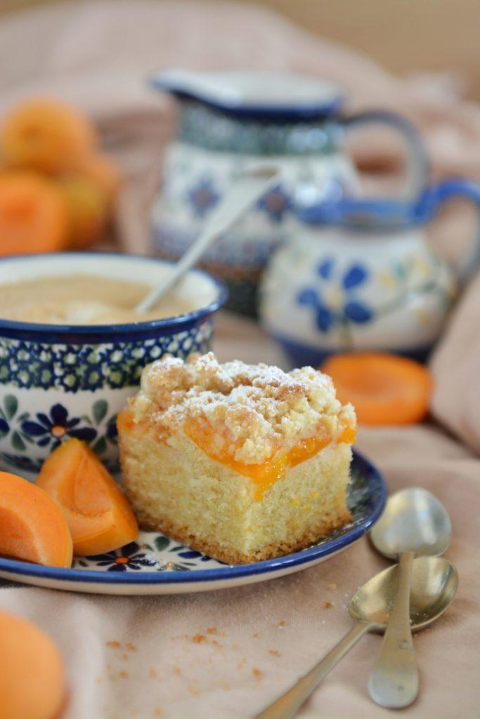 Deserki-ciasta-owoce-ucierane z morelami i kruszonką