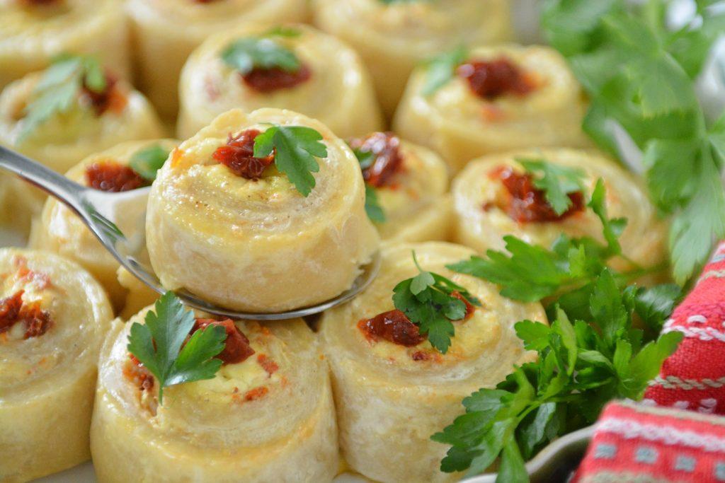 Przystawki-roladki z ciasta serowego z serem bałkańskim1