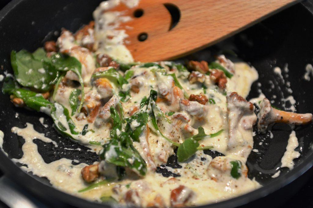 obiady-makaron-podpalany-z-kurkami-kozim-serem2