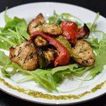 Sałatka z grillowanymi warzywami, kurczakiem i pesto