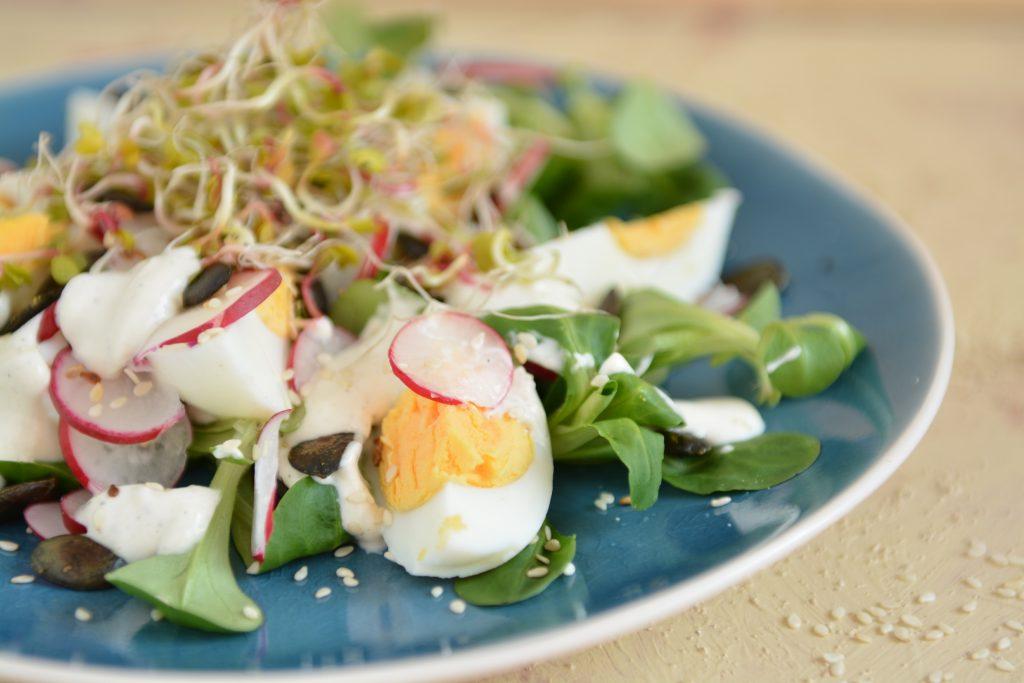 Sałatka z jajkami, rzodkiewkami i tahini