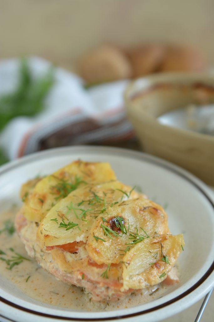 Zapiekane ziemniaki au gratin z łososiem