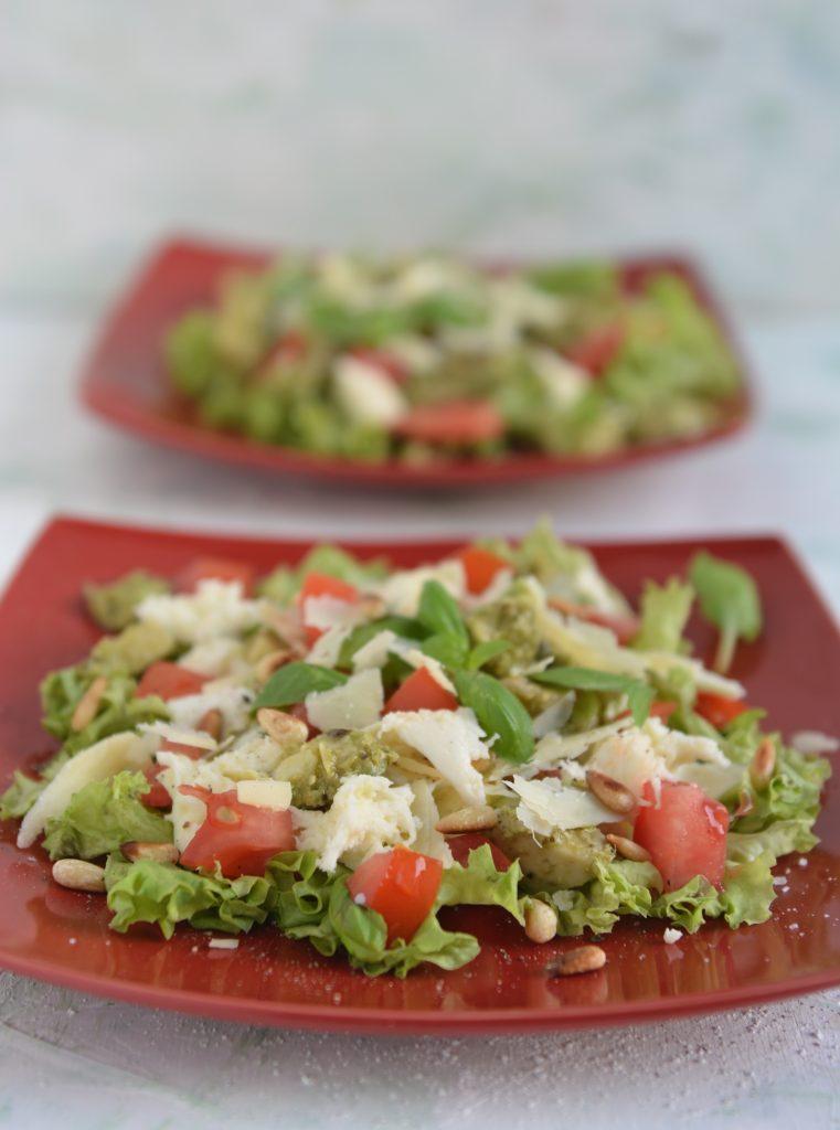 Sałatka z awokado, mozzarellą i pesto pomidory sezonowa