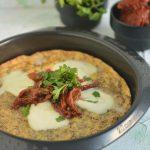 Omlet z piekarnika z mozzarellą i pomidorkami suszonymi
