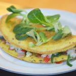 Omlet na słono z pomidorami suszonymi i serami