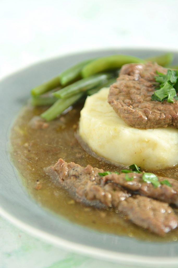 Tradycyjne zrazy wołowe z ogórkiem kiszonym, musztardą i boczkiem