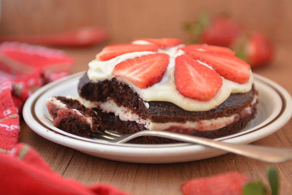 Torcik czekoladowy z mascarpone i truskawkami