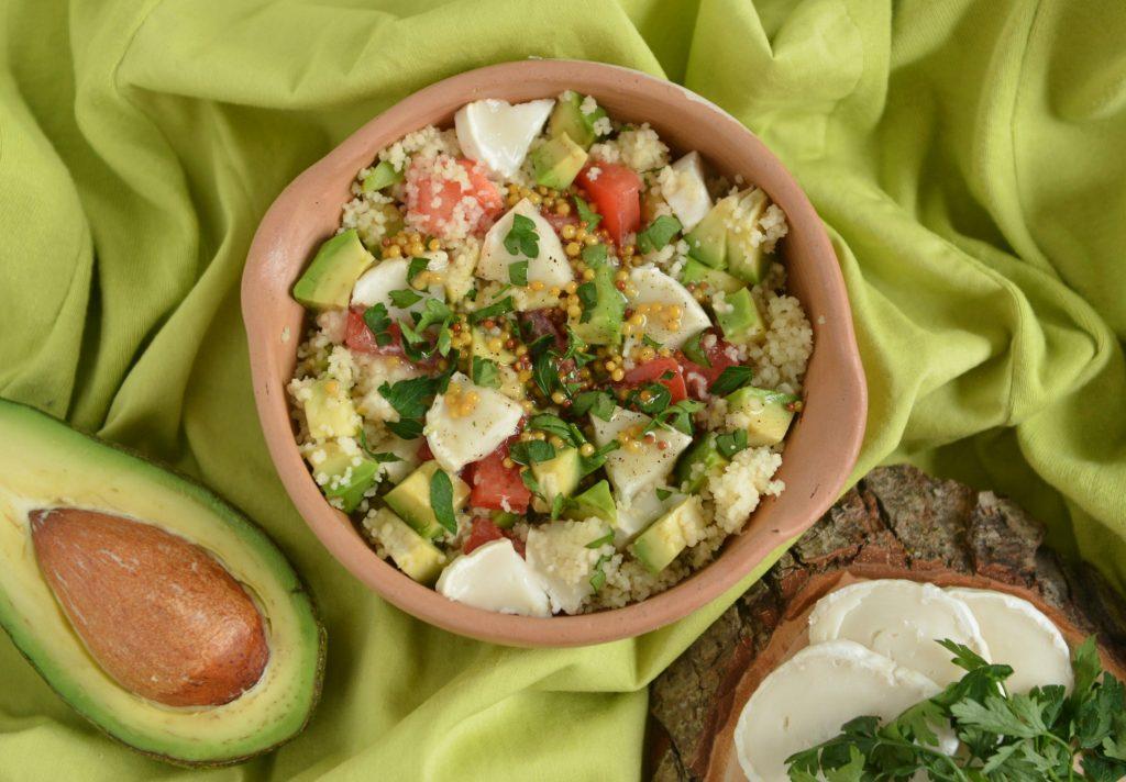 Sałatka z kuskus, kozim serem i awokado