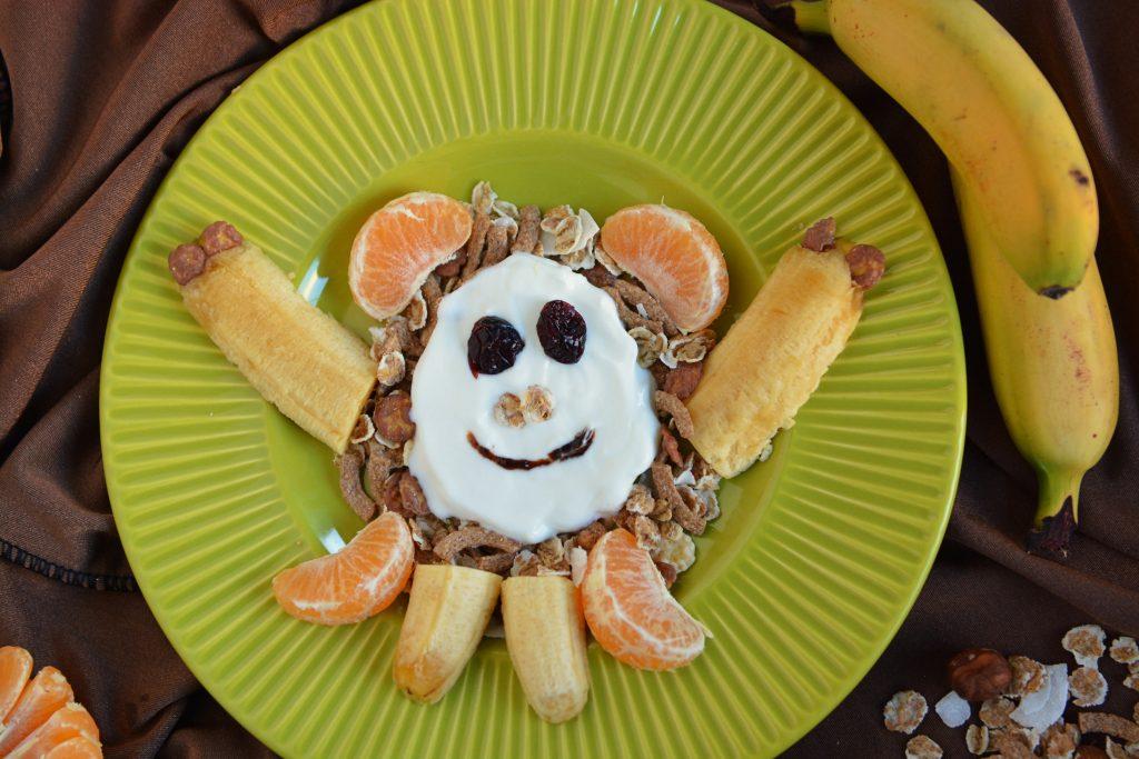 śniadania dla dzieci małpka jogurt owoce