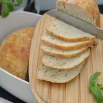 Nocny chleb z garnka z idealnie chrupiącą skórką