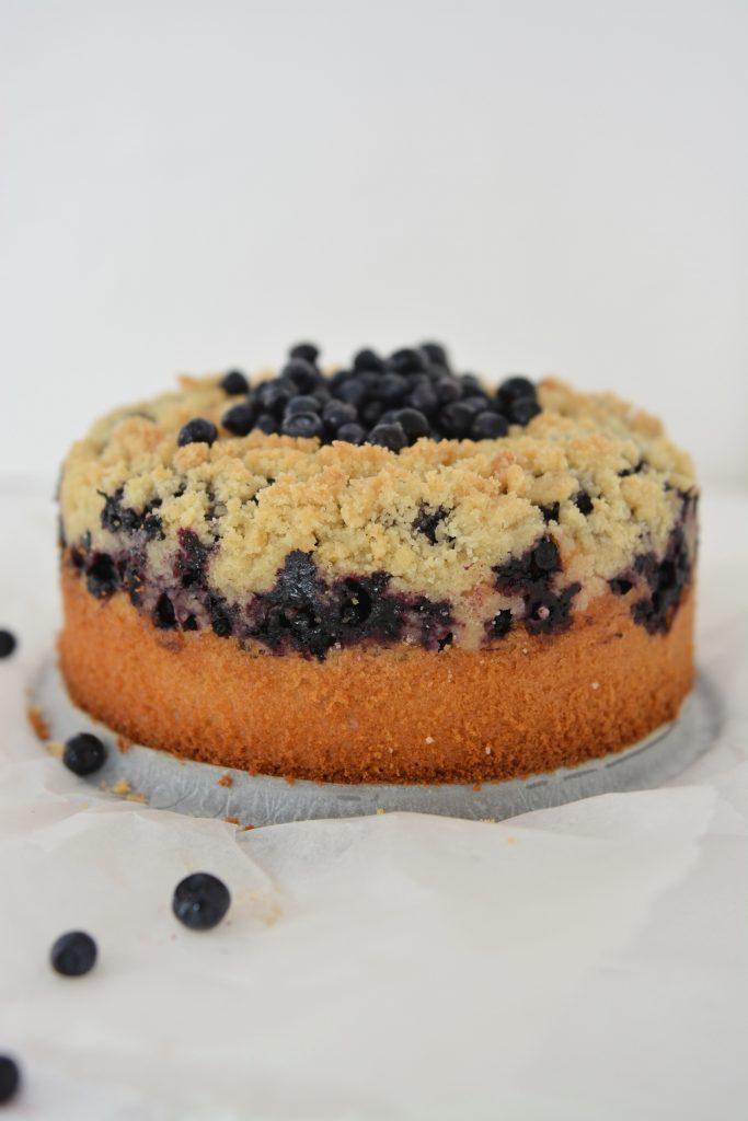Najprostsze ciasto drożdżowe bez wyrabiania z jagodami i kruszonką