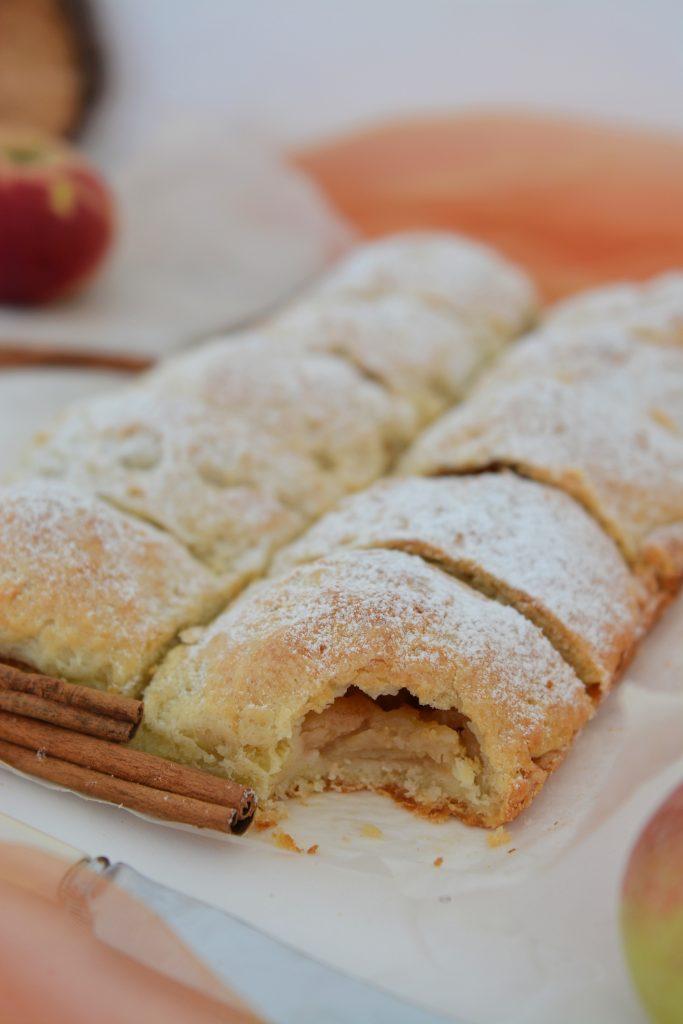 Ciasto z połówkami jabłek na serku homogenizowanym