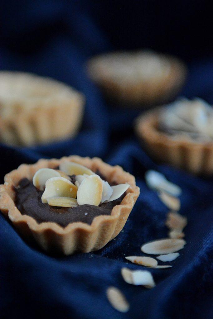 Kakaowy krem z awokado w kruchych babeczkach
