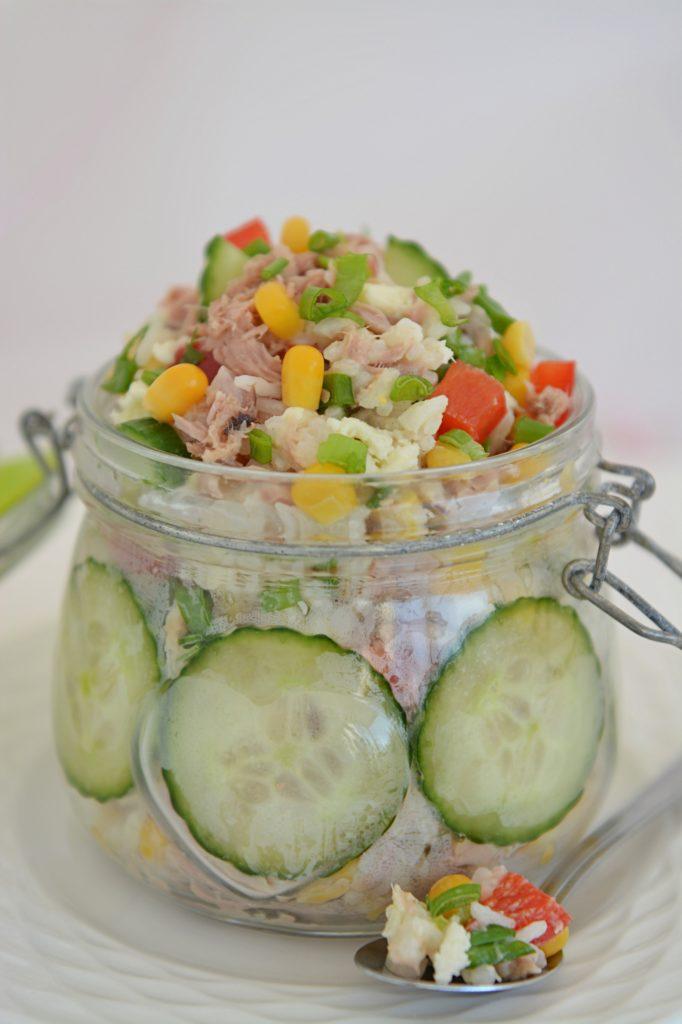 dobra sałatka z tuńczykiem i ryżem i kukurydza