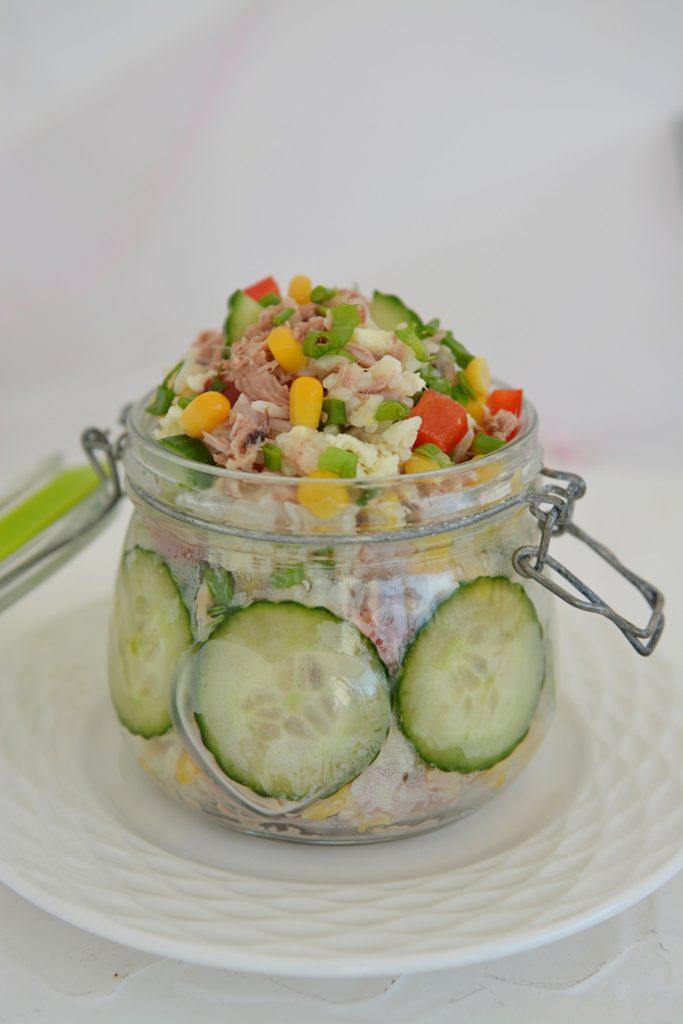 Prosta, szybka sałatka z tuńczykiem, ryżem i ogórkiem
